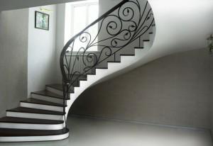 Монолитная маршевая лестница с поворотом